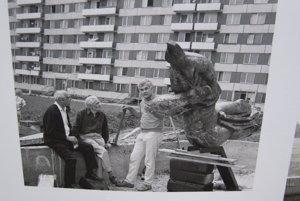 Tibor Bartfay so Sirénou počas inštalácie. Vedľa je jeho otec Július a M. M. Scheer, architekt Chrenovej I.