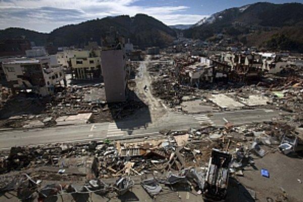 Japonsko dodnes odpratáva trosky po cunami.