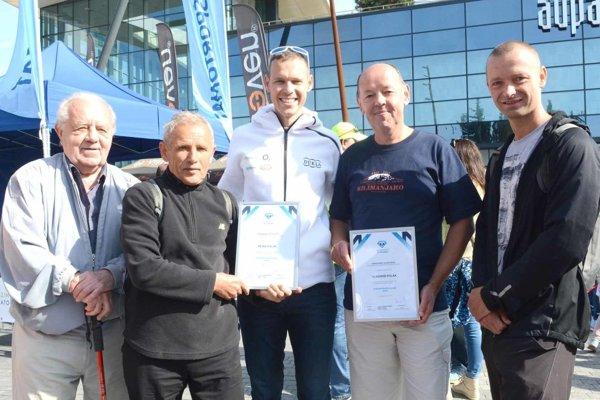 Matej Tóth (v strede) na sobotňajšom slávnostnom otvorení maratónu.