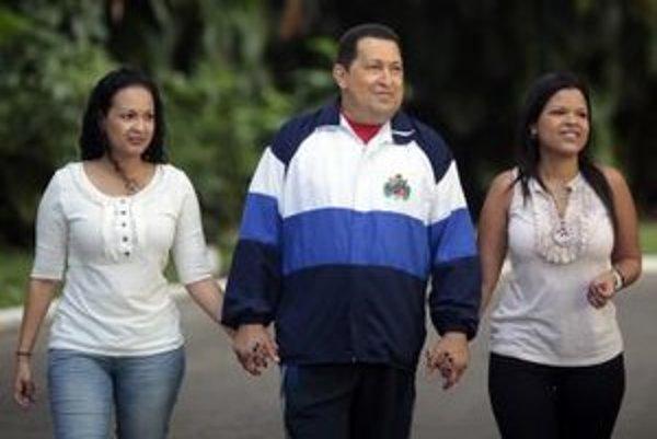 Venezuelský prezident Hugo Chávez na prechádzke so svojimi dcérami.
