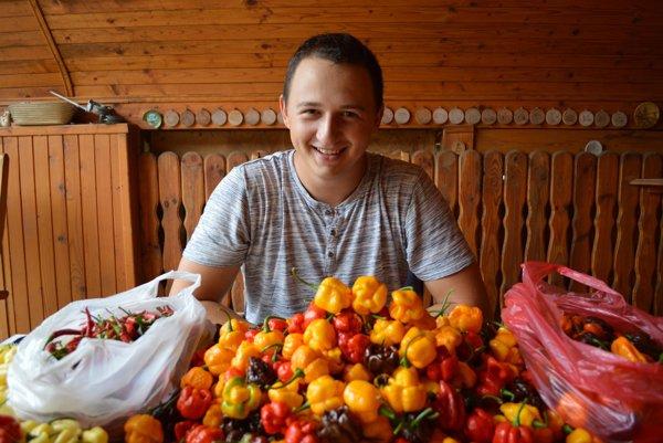 Pestovateľ najštipľavejších papričiek na svete Adam Tkáč (21).