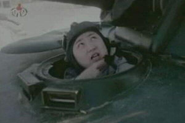 V novom propagandistickom filme Kim jazdí na tanku a vydáva rozkazy.