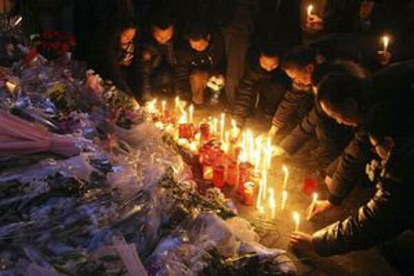 Ľudia na mieste tragédie kládli kvety a zapaľovali sviečky.