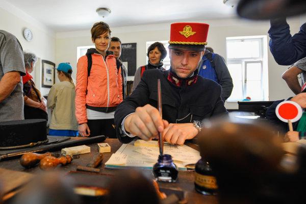 Viliam Matuška z občianskeho združenia Železničné múzeum Stará Turá predvádza návštevníkom múzea prácu v dopravnej kancelárii s pôvodným zariadením.