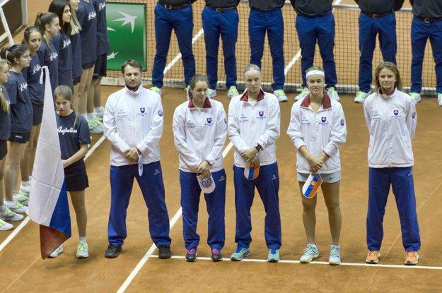 Na snímke slovenský fedcupový tím v zložení zľava nehrajúci kapitán Matej Lipták, Jana Čepelová, Rebecca Šramková, Anna Karolína Schmiedlová a Daniela Hantuchová.