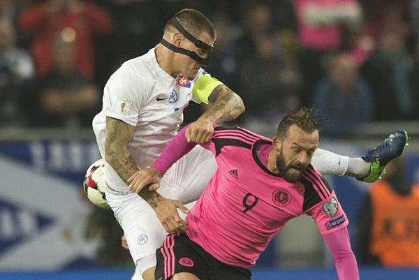 Tvrdosť Martina Škrtela vosobných súbojoch sa zíde. Vprvom dueli proti Škótsku nastúpil náš stopér smaskou. Tú už nepotrebuje.