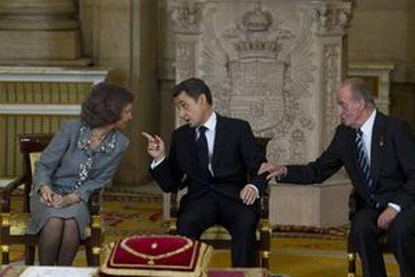 Sarkozy uprostred kráľovského páru.