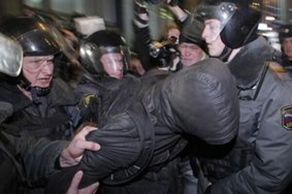 Nesúhlas so spornými výsledkami volieb viedol v Rusku k masovým demonštráciám.