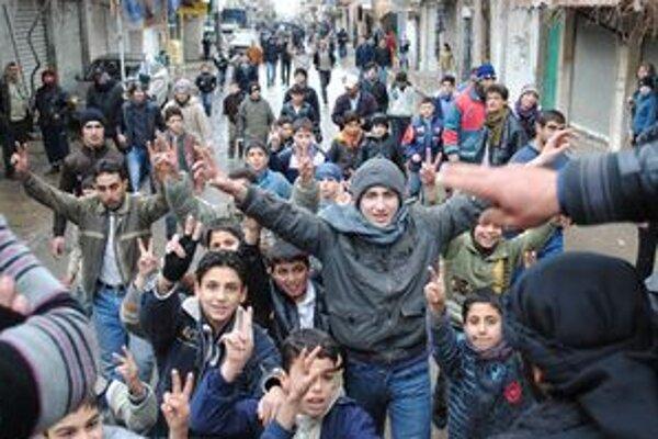 Demonštranti v meste Zabadání oslavujú odchod armády.