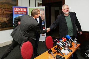 Na tlačovú besedu sa prišiel pozrieť aj ďalší kandidát Stanislav Mičev.