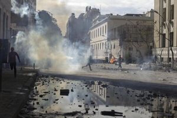 V Káhire neutíchajú zrážky medzi demonštrantmi a políciou.