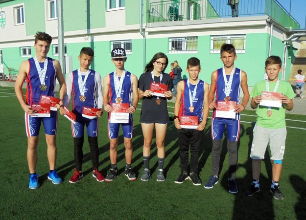 Všetci medailisti TJ Olympia Galanta. Zľava A. Róka, B. Klement, F. Škodák, K. Repová, D. Pajtáš, N. Takács a M. Beňuš.