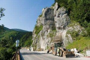 Obmedzenia na ceste popod hrad Strečno sa onedlho skončia.