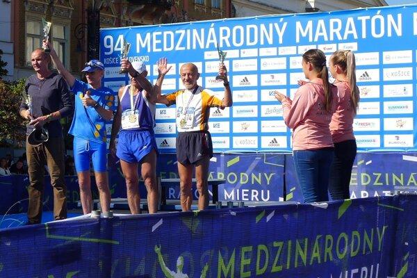 Ján Hazucha (vpravo) na stupňoch pre víťazov v Košiciach