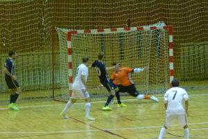Moment pred druhým gólom Andelov. Strelu Németha si stečoval hosťujúci hráč priamo do gólmana, od ktorého lakťa sa lopta odráža do zeme.