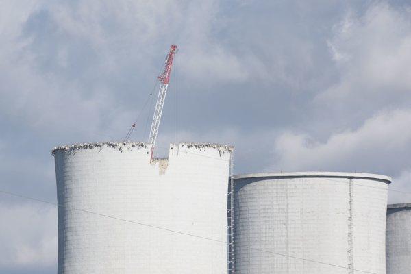 Demontáž chladiacich veží jadrovej elektrárne V1 v Jaslovských Bohuniciach.