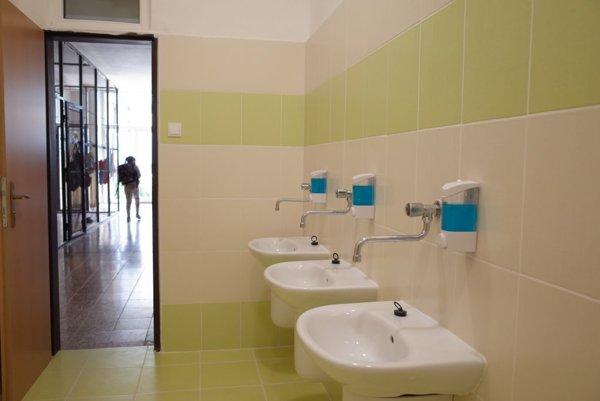 Zrekonštruované toalety v škole.