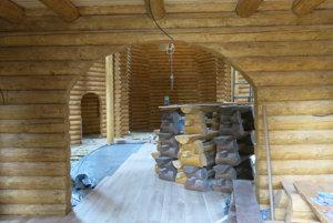 Interiér chrámu. Kusy dreva sú pripravené na lavice.