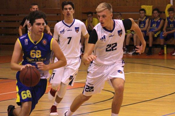 Kadeti Nitry uštedrili hráčom Žiaru n/Hr. prehru rozdielom 64 bodov. V bielych dresoch Lukáš Foltín (7) a Matúš Chovanec (22).