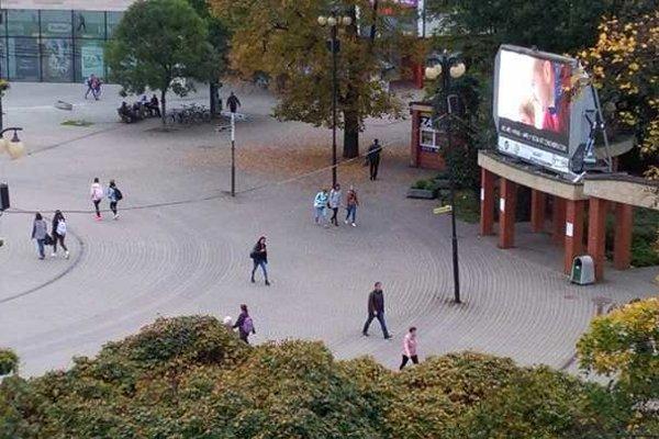 Vysielanie si ľudia mohli pozrieť aj na námestí.