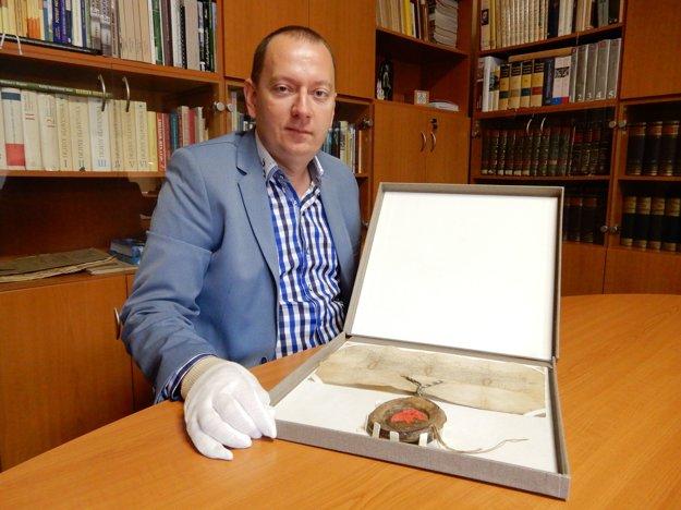 Riaditeľ Štátneho archívu v Košiciach Richard Pavlovič s listinou.