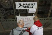 V Česku môžu Piráti poraziť Babiša, naznačuje prieskum.