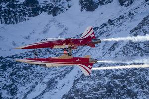 Akrobatický tím švajčiarskeho letectva Patruille Swiss počas ukážky na leteckej šou Axalp 2017.