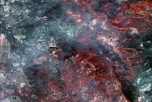 Satelitný záber vznikol v krátkovlnnom infračervenom spektre (SWIR). Vďaka tomu sa dajú určiť aktívne požiare aj cez zahaľujúci dym, ako napríklad v hornej plovici záberu.