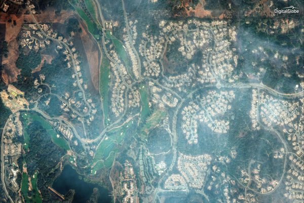 Satelitný záberu ukazuje škody, ktoré spôsobili v Golfovom a atletickom clube Fountaingrove v Santa Rosa.