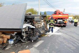 Auto zbúralo zastávku. V jeho vnútri zostali traja ľudia zakliesnení.