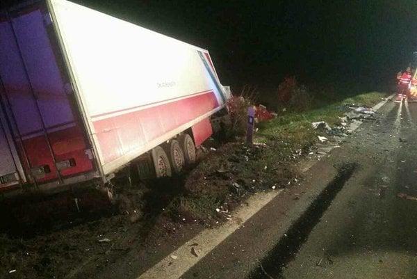 Pri zrážke úžitkového vozidla značky Opel Vivaro s kamiónom zahynulo osem osôb.