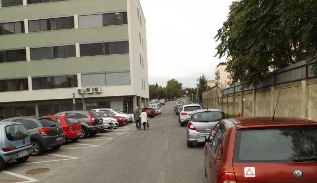 V areáli nemocnice je problém zaparkovať.