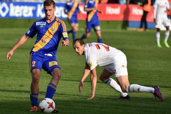 Na snímke vpravo hráč FC Spartak Trnava Martin Tóth a vľavo hráč MFK Zemplín Michalovce Milan Šimčák.