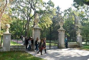 Na snímke historická brána do parku.