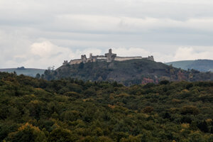 Neďaleký hrad Podbranč je vyhľadávaný turistami.