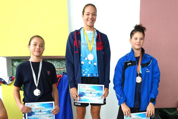 Sabína Kupčová (v strede) počas odovzdávania medaile.