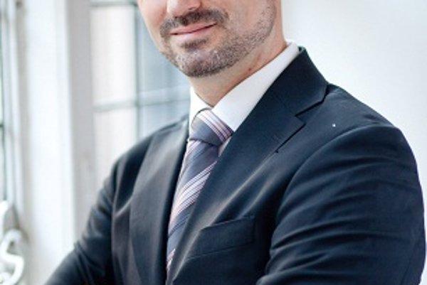 Tomáš Valášek je slovenský bezpečnostný analytik. V súčasnosti pôsobí v londýnskom think-tanku Centrum pre európsku reformu, kde je riaditeľom sekcie zahraničnej politiky a obrany.
