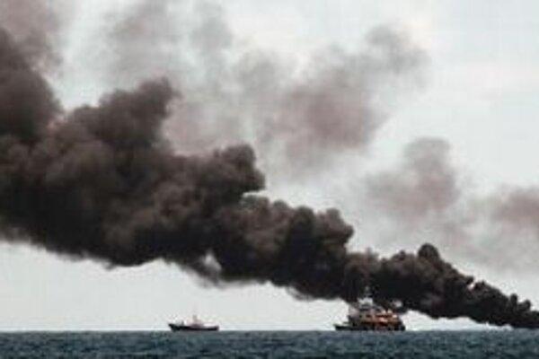 Plavidlá monitorujú spaľovanie ropy neďaleko miesta havárie plošiny Deepwater Horizon.