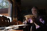 Ruky a dláta. Umelec v Srbsku vyrába husle bez strojov a s láskou