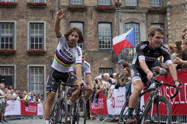Peter Sagan máva fanúšikom počas prezentácie tímov pred tohtoročnouu Tour v Düsseldorfe.
