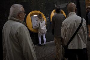 Katalánci čakali na výber z bankomatov v radoch.