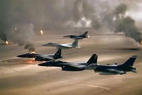 Americké stíhačky F-15 a F-16 nad horiacimi ropnými poliami v Iraku počas operácie Púštna búrka v roku 1991.