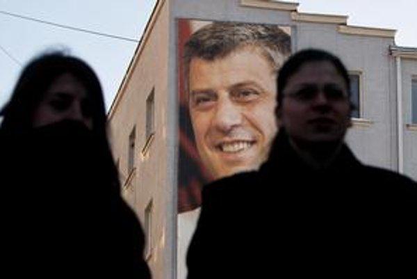 Za vlády premiéra Thaciho (na plagáte) Kosovo vyhlásilo nezávislosť.