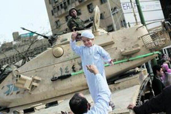 Na káhirské námestie v piatok doviedli niektorí rodičia aj svoje deti. Aby sa v budúcnosti mohli chváliť, že k zmene prispeli aj oni.