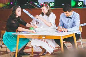 Simona Jurčáková, Kristína Babečková aEliáš Kurek pri scénke, ktorou znázorňovali, ako vznikala kniha receptov.