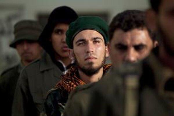 Novozverbovaní bojovníci protikaddáfíovských milícií počas výcviku na základni v Benghází.