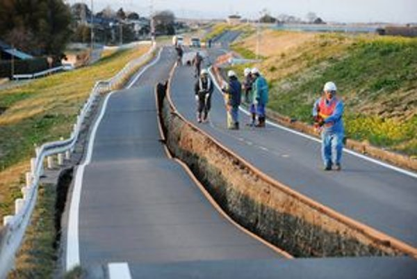 Pracovníci kontrolujú prepadnutú cestu.