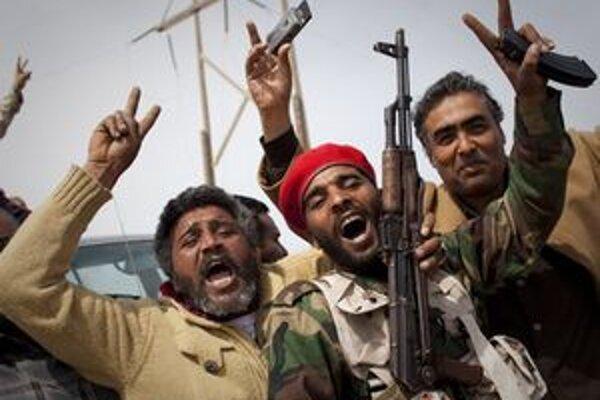 Povstalci oslavujú po dobytí mesta Ras Lanúf.