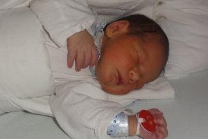 """Peter Beleš - Svojím narodením urobil svojim rodičom Lucii a Štefanovi  zo Žiliny v nedeľu 15. októbra veľkú radosť maličký Peter Beleš ( 2730 g, 48 cm). Doma sa na  bračeka veľmi teší dvojročný Filip. Meno  Peter je gréckeho pôvodu a v preklade znamená """"pevný ako skala""""."""