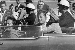 Na archívnej snímke z 22. novembra 1963 americký prezident John F. Kennedy máva zo svojho auta zhruba minútu pred svojou vraždou v Dallase.
